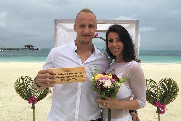 Mladí novomanželia.