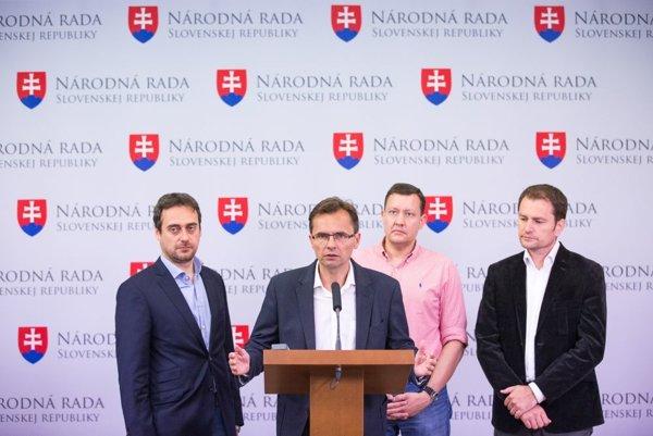 Poslanci zľava: Jozef Rajtár a Ľubomír Galko (obaja SaS),  Daniel Lipšic a Igor Matovič (obaja OĽaNO-NOVA).