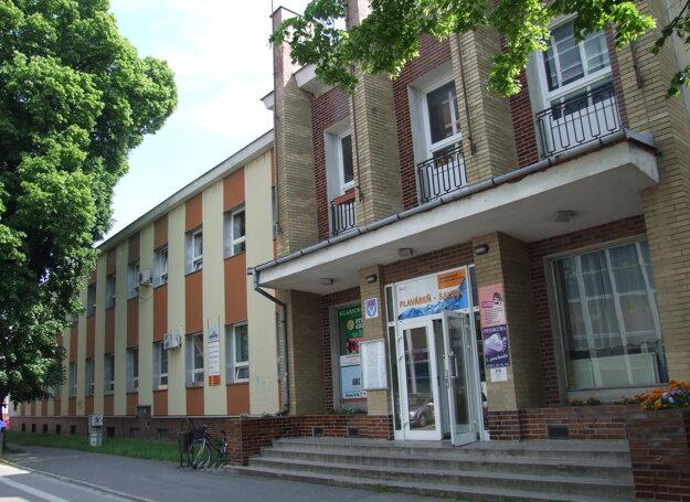 Poradňa sídli na Kúpeľnej 4, tel. 0948 228 633, objednať sa môžete aj mailom na info@sosspotrebitelov.sk.
