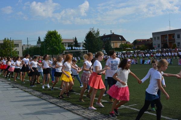 350 tanečníkov na netradičnom parkete.