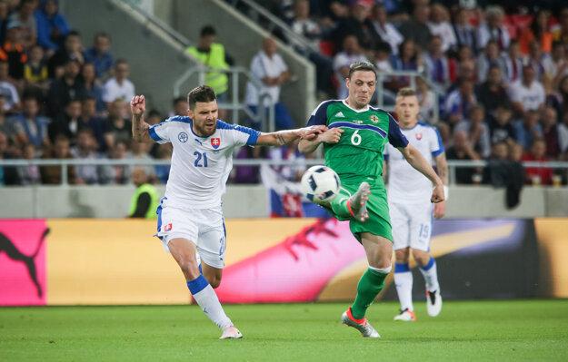 Michal Ďuriš (vľavo) v súboji s protihráčom.