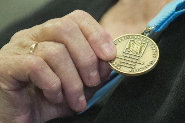 Na snímke medaila za utrpenie, spôsobené komunistickým režimom a príslušníkom PTP na slávnostnom odovzdávaní vyznamenaní Konfederácie politických väzňov.
