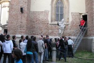V roku 2011 stáli ľudia pred kostolmi v dlhých radoch.