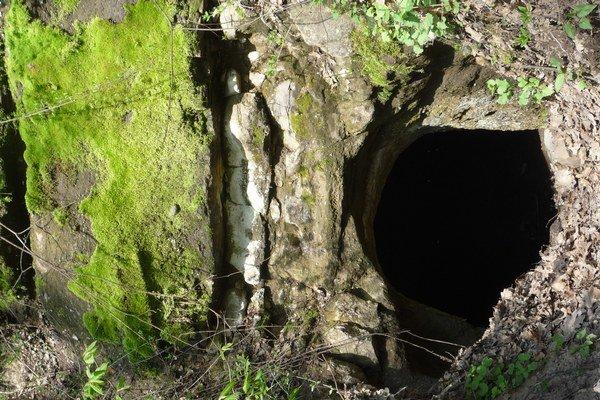 Tatárske pivnice sa nachádzajú približne kilometer za obcou.