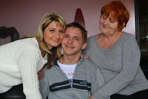 Zľava mama Lucia, Dominik a jeho starká Milena.