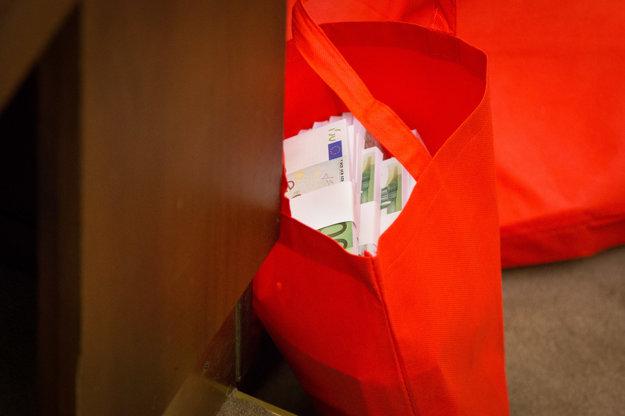Pohľad na tašky s falošnými peniazmi počas rokovania mimoriadnej schôdze k odvolávaniu ministra vnútra pre kauzu nadmerných odpočtov DPH Ladislava Bašternáka.