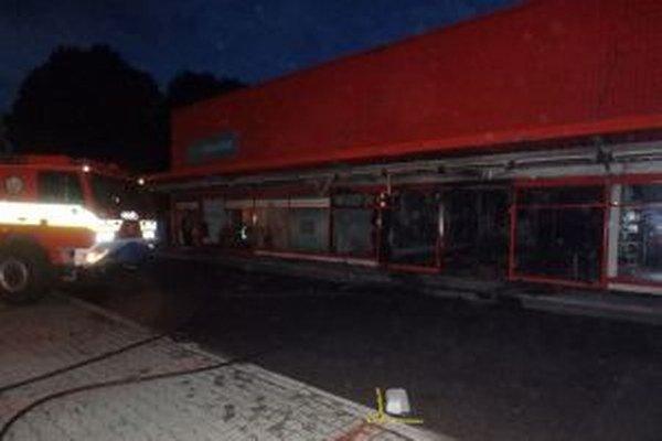 Dnes pred druhou hodinou ráno ohlásili hasičom požiar obchodného centra na Kysuckej ceste v meste Turzovka.