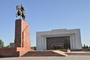 Námestie Ala Too so sochou Manasa a múzeom.