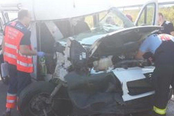 Včera žilinskí hasiči pomáhali pri dopravnej nehode dodávky a kamiónu, ktorá sa stala na diaľnici pri odbočke na Ovčiarsko v smere zo Žiliny do Bytče.