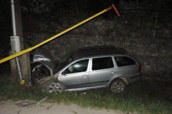 Pri nehode  sa ľahko zranili vodič i jeho 31-ročný spolujazdec, na majetku vznikla celková škoda vo  výške  približne 8-tisíc eur.