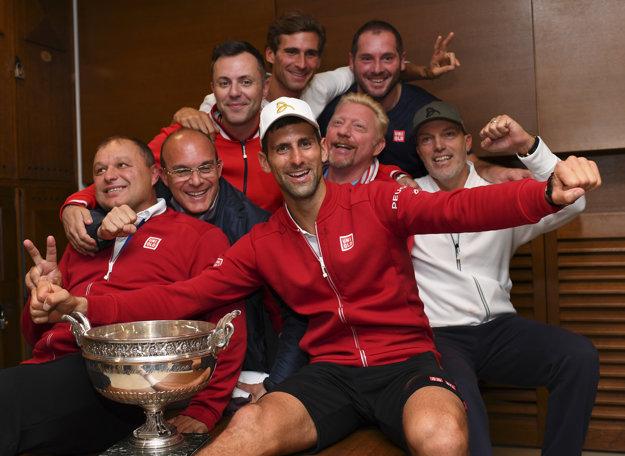 Takto sa Djokovič tešil so svojim tímom z triumfu na Roland Garros. Marián Vajda je na snímke úplne vľavo.