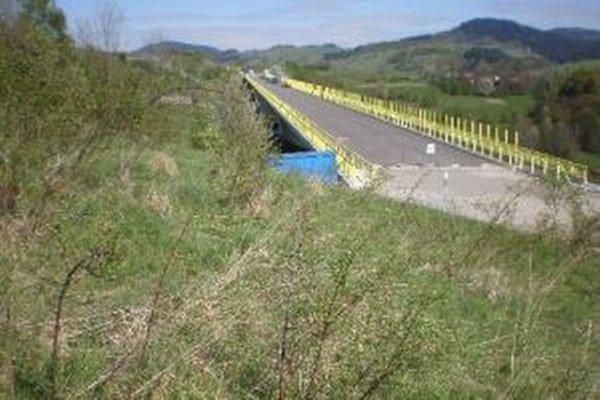 Diaľničný úsek D3 vedie aj obcou Čierne.