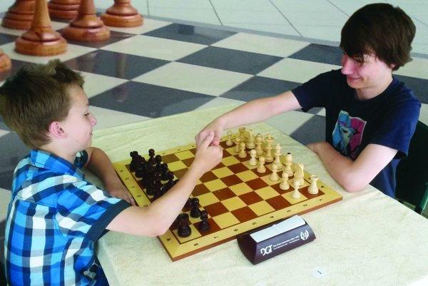 Viktor ( vpravo) pri šachovej partii s mladším bratom Filipom