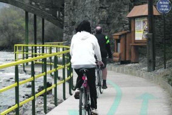 Po zime sa cyklotrasa začína plniť cyklistami a korčuliarmi.