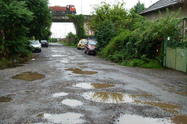 Do zoznamu ulíc v kritickom stave patrí aj Železničná ulica vedúca popod nadjazd.