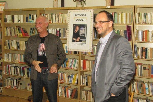 Spisovateľ Jozef Banáš s primátorom Šiah na autorskej besede.