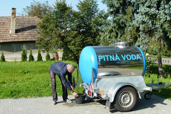 Cisterna je už vyše mesiaca jediným zdrojom pitnej vody v dedine.