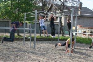 Workout - športovisko, kde zaberá váha tela.