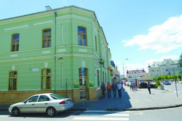 Meštiansky dom (vľavo) a budova radnice (vpravo) pochádzajú z 19. storočia.