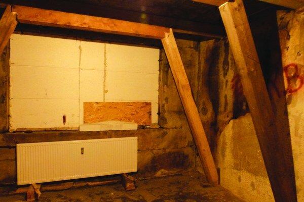 Namiesto okna v detskej izbe sú dosky, steny podopierajú drevené hranoly.
