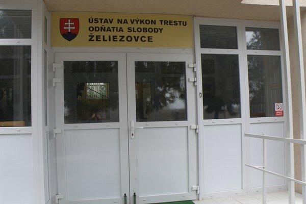 V želiezovskom ústave môže voliť 585 odsúdených.