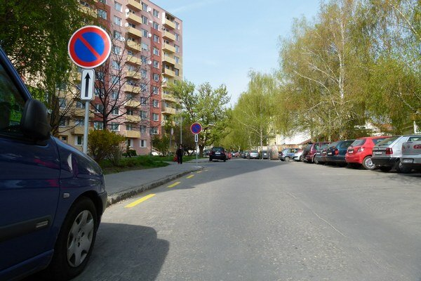 Na levických sídliskách ubudli stovky parkovacích miest. Mesto ich vyhradilo ako tzv. nástupné plochy pre záchranárov.