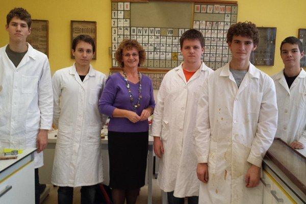 Víťazný tím so svojou profesorkou Vieroslavou Potočárovou.