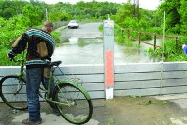 Aj v lete 2010 museli vo Vyškovciach nad Ipľom postaviť zábrany. Do dediny sa spoza rieky dostali autom len cez Maďarsko.