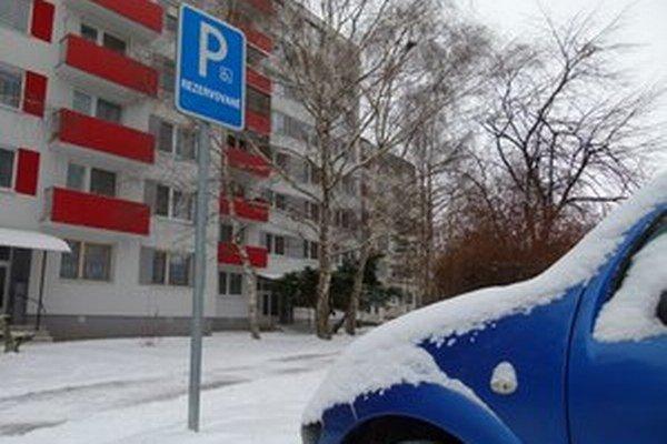Na niektorých sídliskách v Leviciach ešte stále nie sú vyhradené parkovacie miesta pre ZŤP motoristov.
