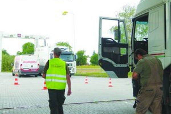 Colníci a policajti skontrolovali na hraničnom priechode v Šahách vyše stovku áut.