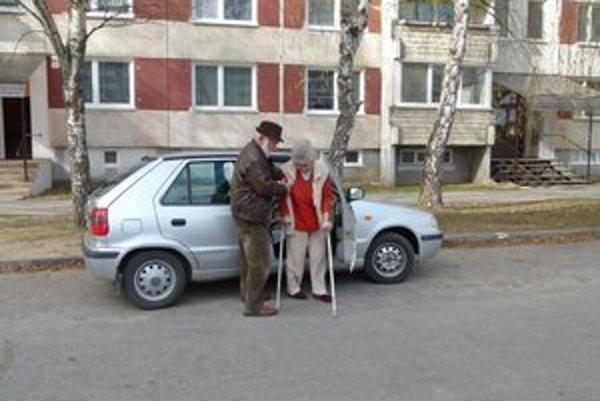 Pani Medvegyová sa podopiera palicami. Na vyhradené miesto na parkovanie už ale nárok nemá.