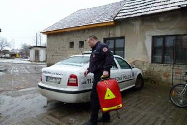 Obecným policajtom pribudol do výbavy záchranársky vak.