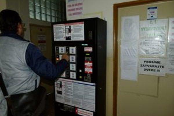 Automat v budove katastra vydal dva poškodené kolky. Prevádzkuje ho súkromná firma.