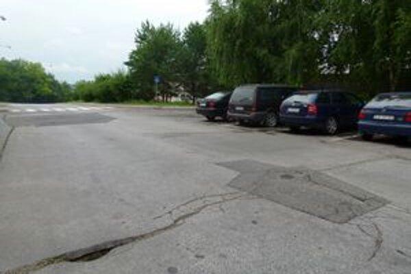 Diera v asfalte na sídlisku Vinohrady už chodcov ani vodičov neohrozí.