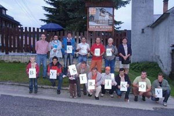 Doterajšie posledné stretnutie Klubu Bystríkov v roku 2009, ktoré sa konalo v Čičmanoch. B. Ižold drží písmeno K v hornom rade, vpravo s písmenom L je B. Havran. Prvý zľava v hornom rade je predseda klubu B. Bugan.