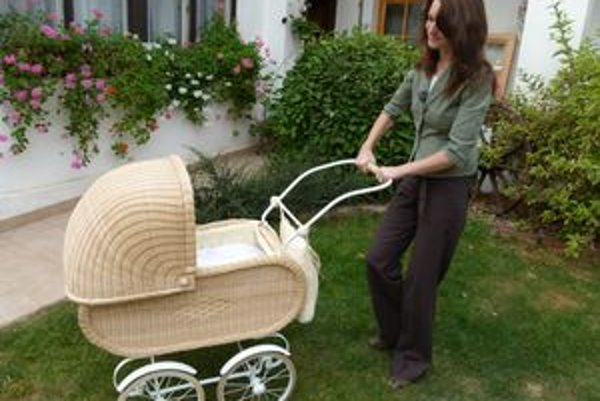 Ručne pletený kočík dostala Hana Peničková od manžela ako dar.