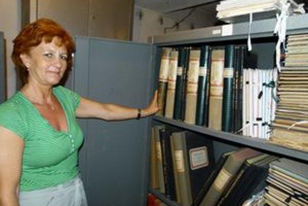Podľa Valérie Heclovej je jedným z najstarších archivovaných dokumentov v archíve Obvodného úradu v Leviciach aj matričná kniha zo Santovky.