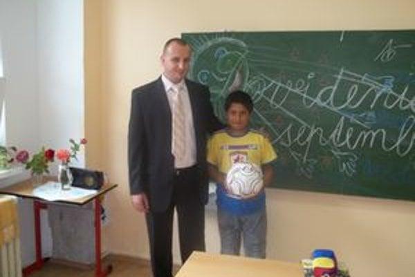 Nikolasa Rafaela odmenil futbalovou loptou starosta Kozároviec Jozef Majer.