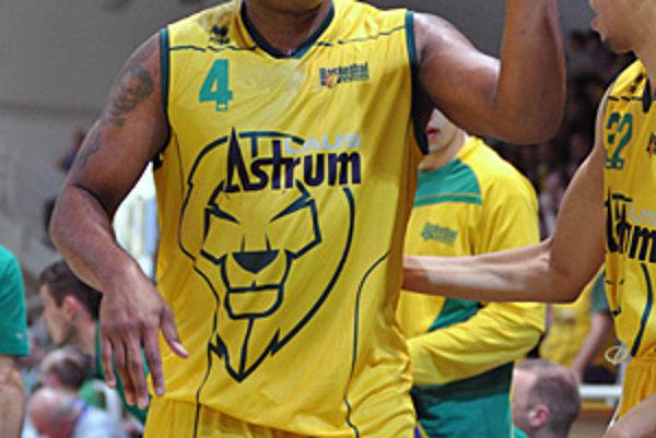 Pivot Mike Bernard potiahol Levice k prvému bodu v sérii.