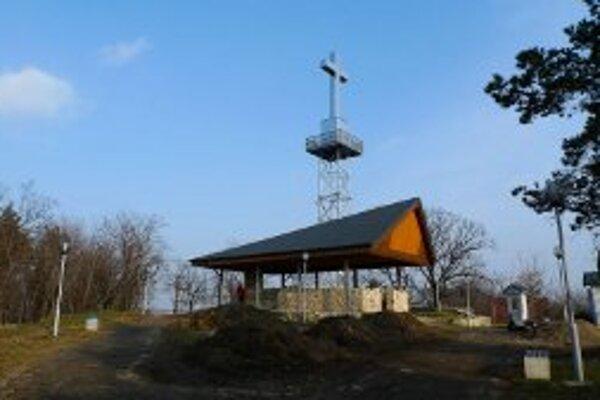 Veža na levickej Kalvárii by mal byť do leta opláštená.