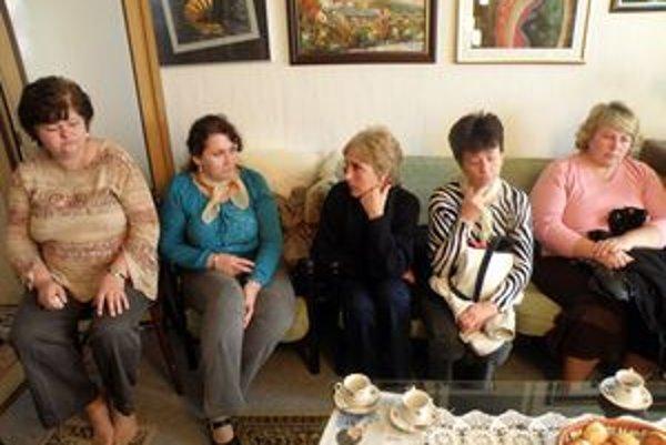 Nešťastné sestričky. Niektoré z nich odpracovali v šahanskej nemocnici desiatky rokov, teraz sú bez zamestnania.