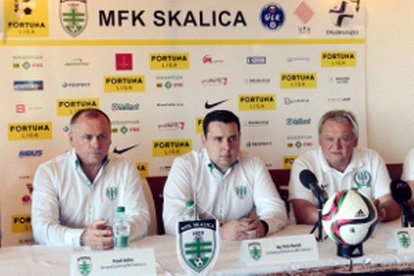 Zľava člen predstavenstva MFK Skalica Pavel Vaško, predseda predstavenstva MFK Skalica Peter Bartoš a člen predstavenstva MFK Skalica Marek Gula.
