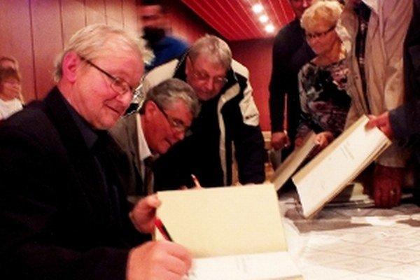 Zľava autori knihy Peter Brezina a Ján Peter pri autogramiáde.