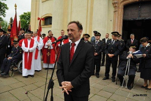 Exprimátor Śaštína-Stráží Radovan Prstek pred bazilikou.