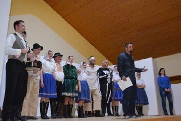 Z uvedenia divadelnej hry Ket scú ženy vládnút.