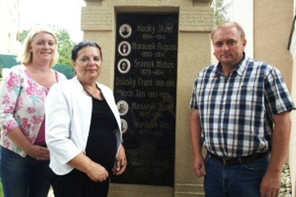 Pred Pomníkom padlým z I. svetovej vojny v Smrdákoch. Zľava Michaela Feriková Kremlová, Rozália Kremlová rodená Fojtlínová a Marián Fojtlín, potomkovia Matúša Šrámka.