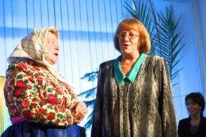 """Terézia Kvapilová (vpravo) pri krste knihy """"Prez Závody je chodníček, za Závody kríž"""" spieva spolu s jednou zo sudičiek – Milkou, vdovou po bratovi Martinovi."""