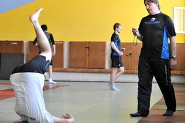 Študenti zatiaľ cvičia v náhradných priestoroch.
