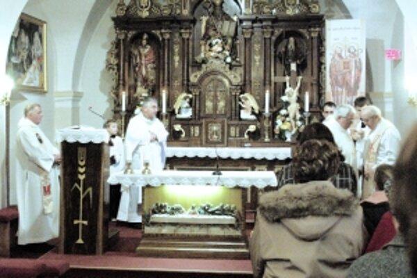 Oltár kostola v Smrdákoch s jedinečným vyobrazením Martina ako biskupa.