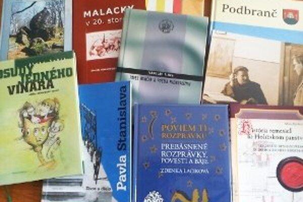 """Časť nominovaných kníh, z ktorých čitatelia vyberajú """"Knihu Záhoria 2011."""""""